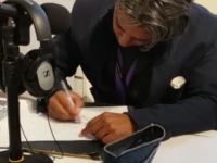 Cartoonist Rames Sjambar tekent in de studio