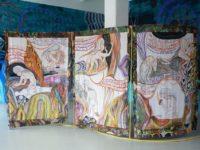 Installatiefoto tentoonstelling Starhawk's Backyard bij Galerie onrust/ Voorgrond werk van Emma Talbot. Achtergrond een muurschildering van Gijs Frieling
