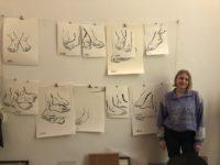 Met de voeten bloot: kunstenaar Laura Hersée tekent er maar liefst honderd